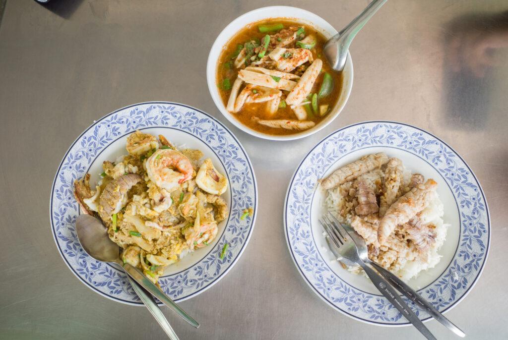 'ป้าอ่อน ซอยก๊วน' ร้านอาหารตามสั่งบ้านๆ ในเมืองชลบุรี ที่อัดแน่นไปด้วยรสชาติจากทะเล
