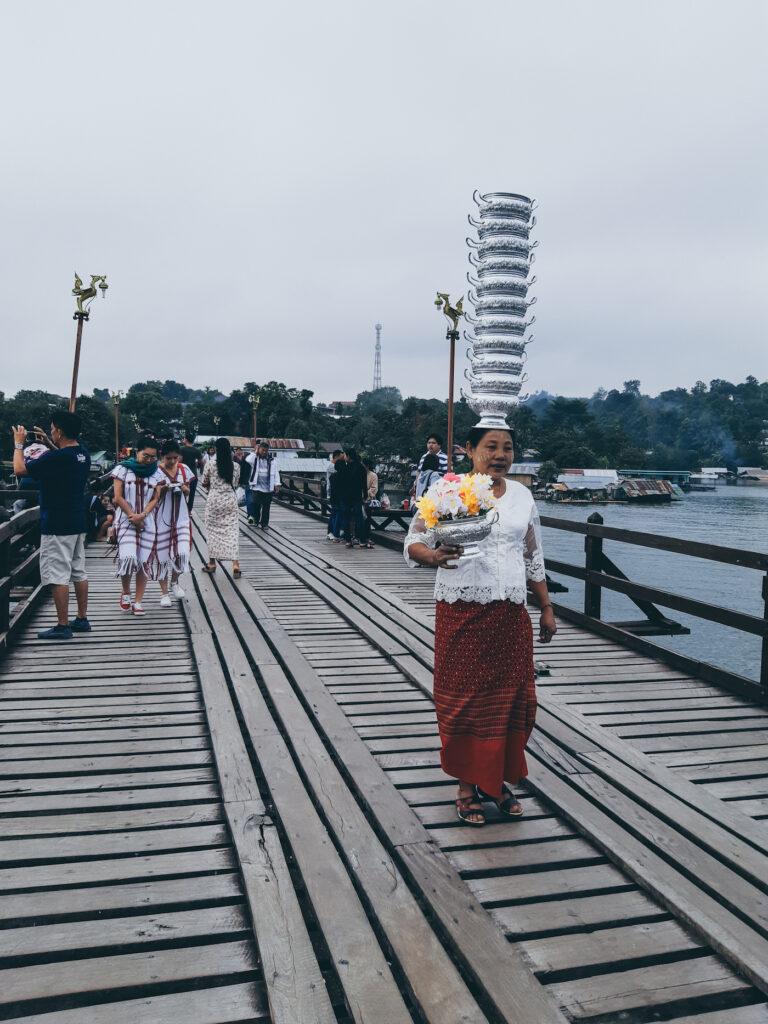 สัมผัสวิถีชุมชน 'คนสังขละฯ' แล้วพบปะเรื่องราวดีๆ ท่ามกลางสายหมอกที่สะพานมอญ กาญจนบุรี