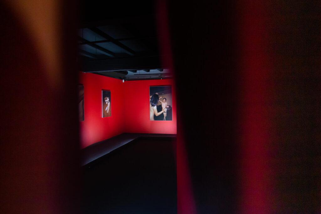 'เมื่อร่างกายเปลือยเปล่า เราจึงเผชิญหน้ากับตัวตนที่แท้จริง' ผลงานภาพถ่าย โดย ธาดา เฮงทรัพย์กูล
