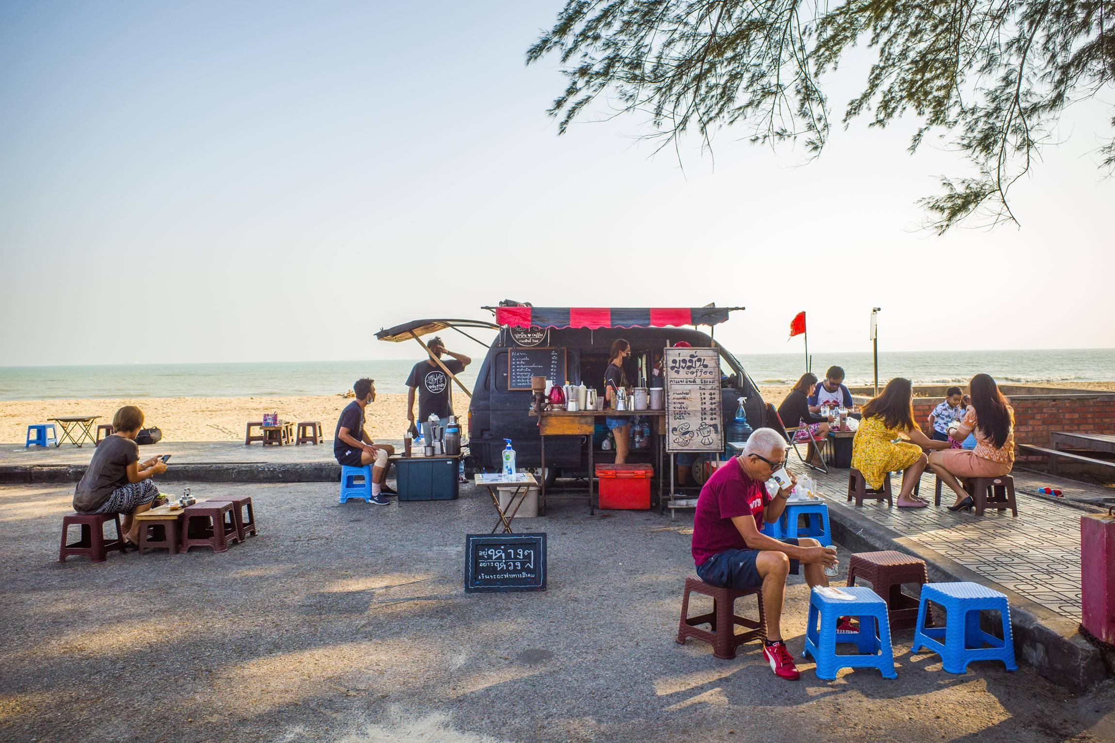 นกปีกหักจากเมืองหลวง สู่ 'มุ่งมั่น คอฟฟี่' ร้านกาแฟที่มัดใจชาวสงขลาด้วย Moka Pot และวิวทะเลราคาหลักล้าน
